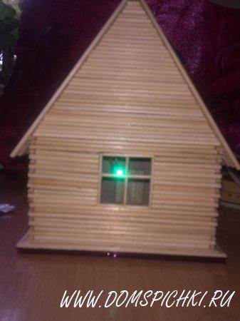 Домик с зелено-неоновой подсветкой, и солнечной зарядкой