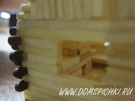 Лесная изба сделана из спичек с клеем.
